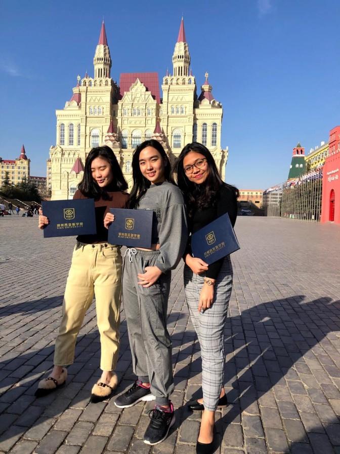Tania (tengah) bersama dua mahasiswa ubaya lainnya di area kampus SIAS