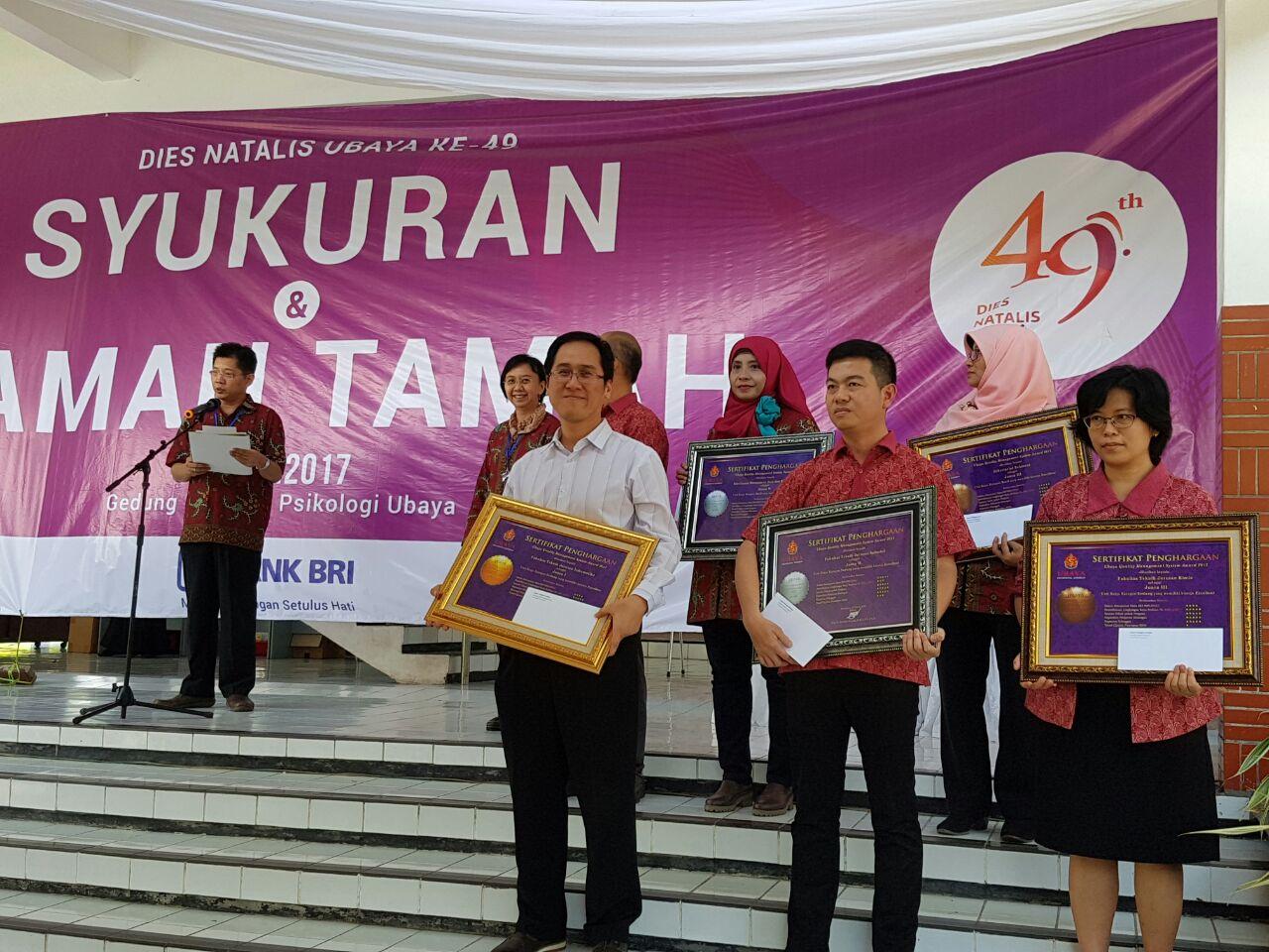 Bapak Budi Hartanto menerima penghargaan juara 1 UQMS Award